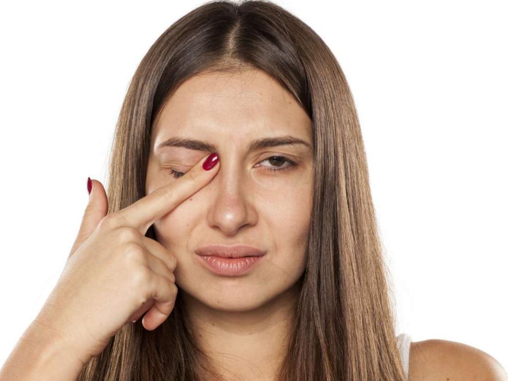 Дергается веко левого глаза причины и лечение