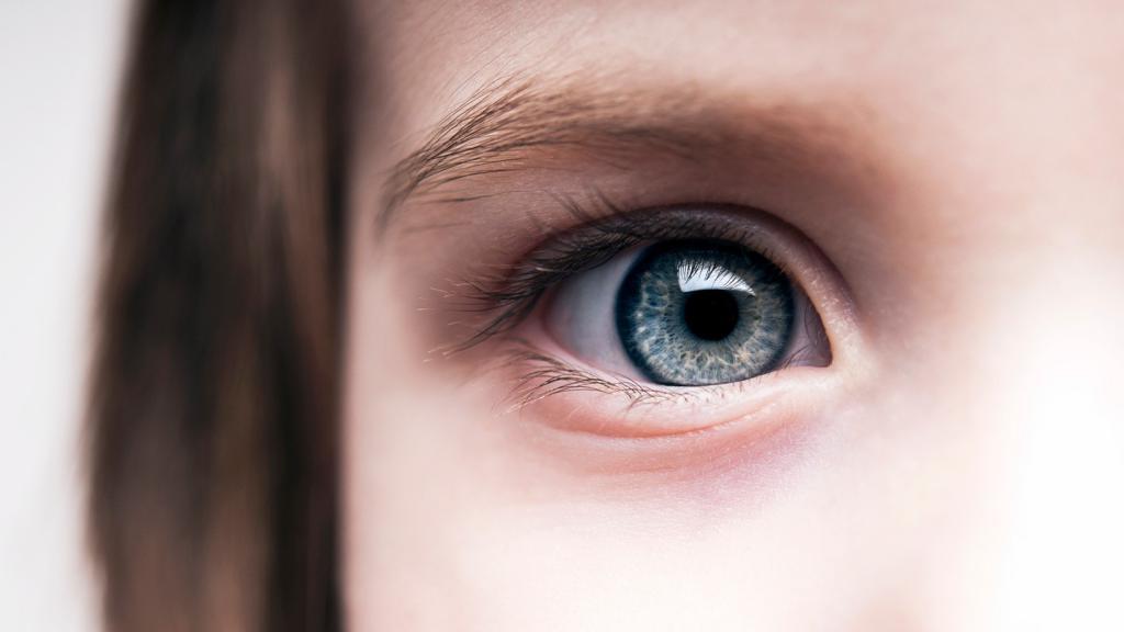 Металлическая стружка попала в глаз