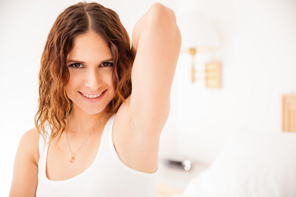 Как убрать запах пота с одежды под мышками — способы и отзывы